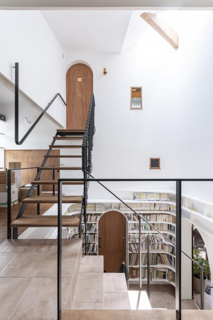 2階から階段室を見る。3階に上がって扉を開けるとキッチンが正面に見える。