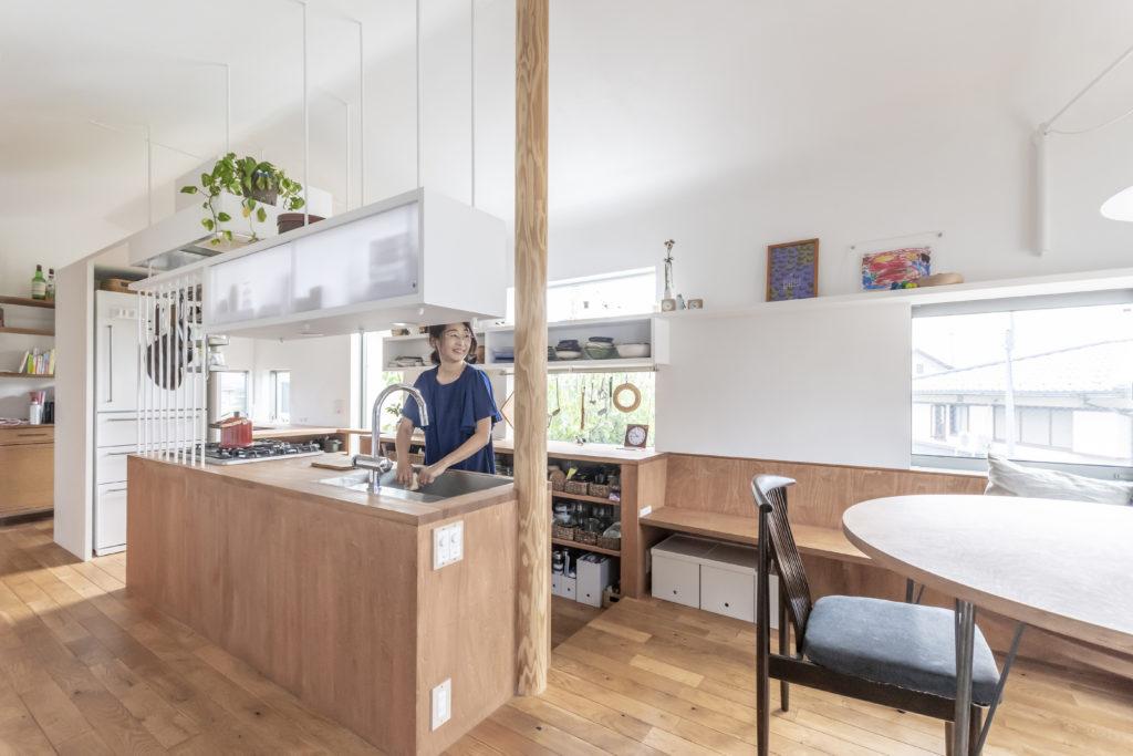 キッチンとダイニングスペース。キッチンでは冷蔵庫の収めどころがいつも問題になるが、安達邸では千紘さんの「こもり部屋」との仕切りとして機能しかつキッチンと隣りあわせにもかかわらずぐるりと迂回するために心理的な距離もつくっている。