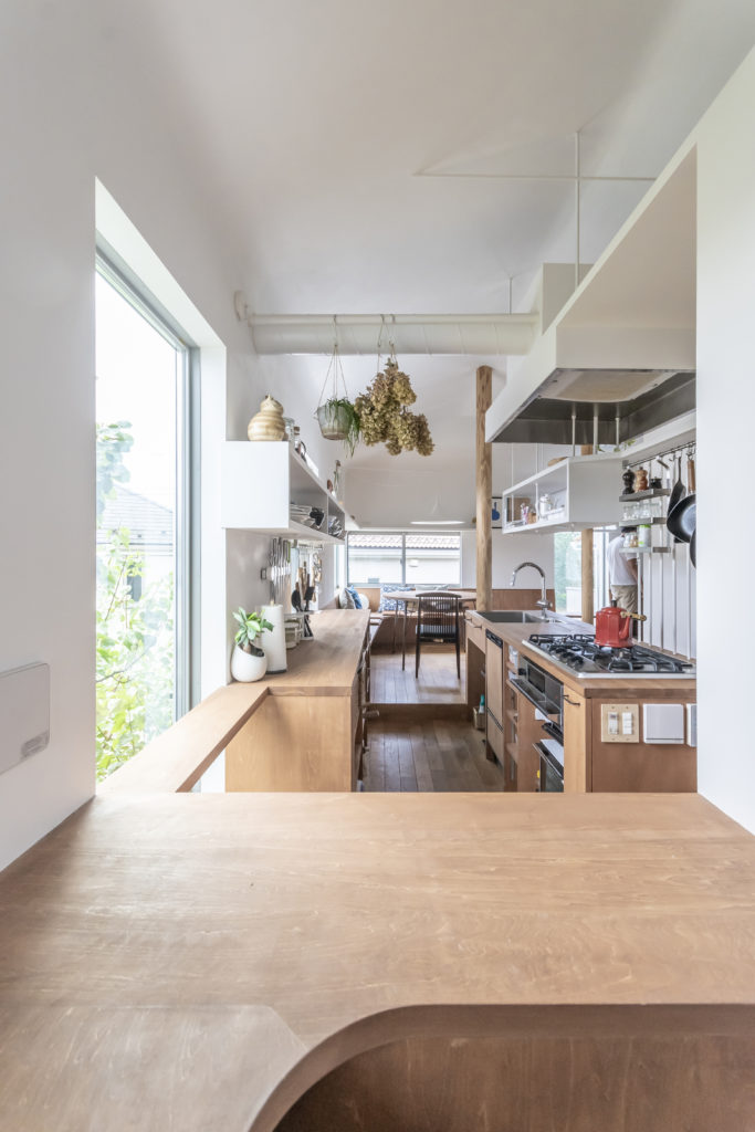 千紘さんのお気に入りの2畳ほどの「こもり部屋」からキッチンを見る。キッチンは周囲の床から13㎝下がっている。