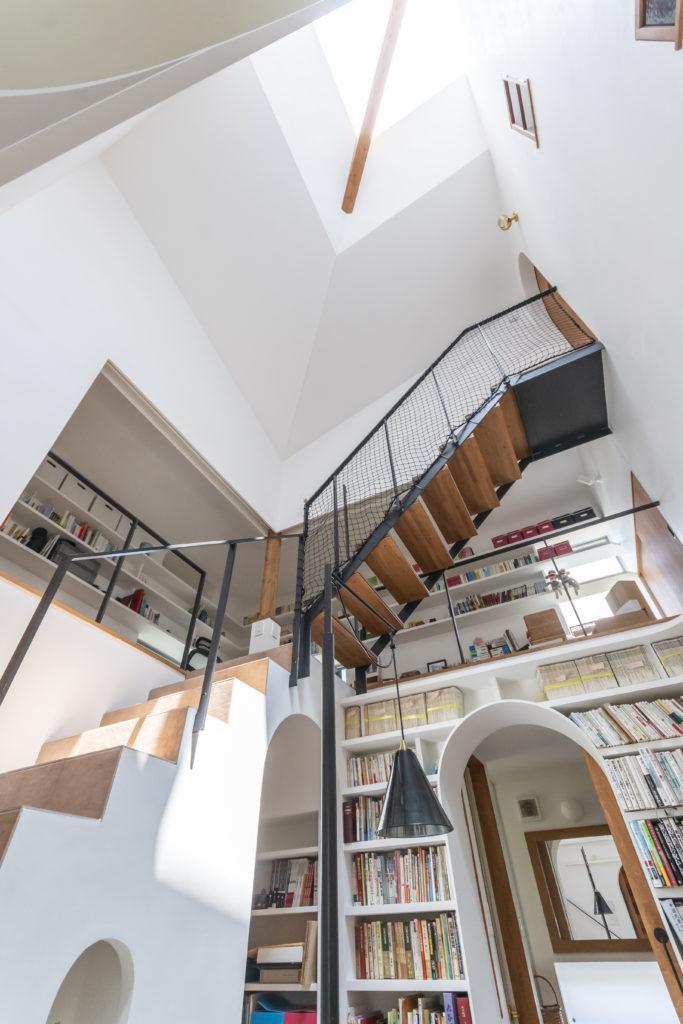 トップライトから落ちる光が階段室を介して周りのスペースにも光を供給する。
