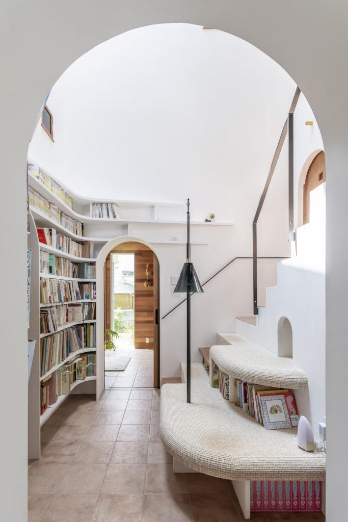 浴室側から階段室を介して玄関方向を見る。
