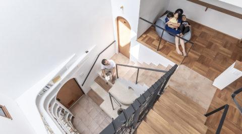 広い敷地につくった2世帯住宅 階段室を中心にいろんな居場所のある家