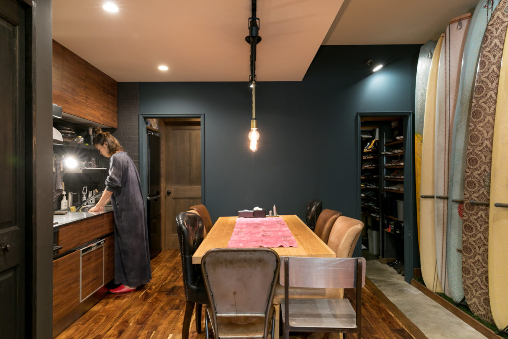 土間は玄関からシューズクローゼットまで続いている。リノベの際、キッチンの場所は移動。