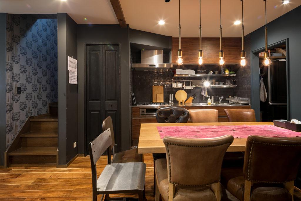濃いブルー、黒、そして階段の虎柄の壁紙、木目のキッチンとフローリング 、5つのライト。リズミカルなインテリアがカッコいい。