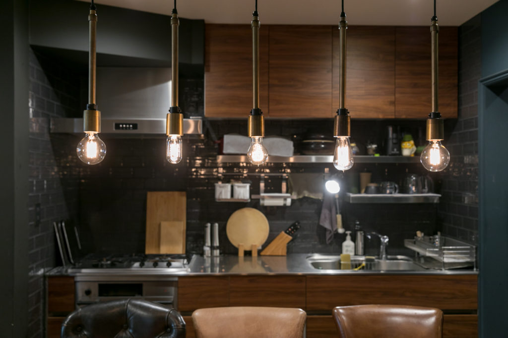 ダイニングテーブルの上の照明は、電球のデザインがすべて違っている。