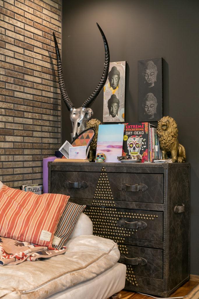 HALOのパンクな星型スタッズの棚の上には、バリ島で買った仏像のアート、スカル、ライオン、スケッグと、様々な国の様々なテイストのものが並ぶ。