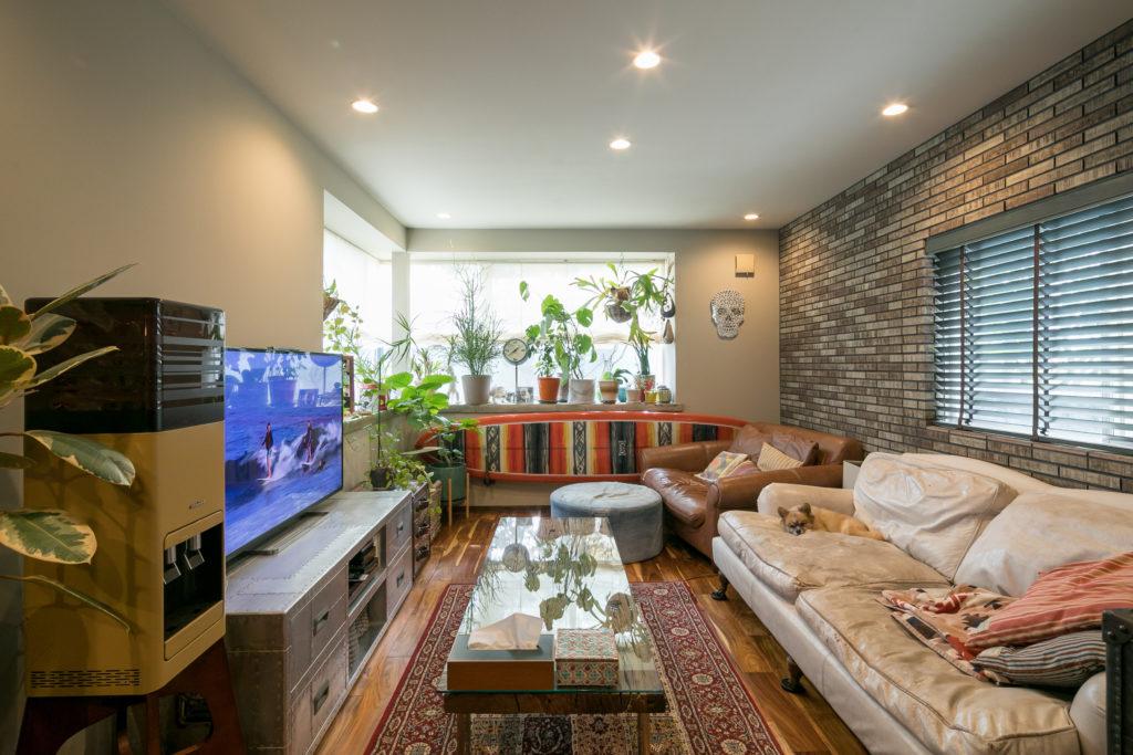 1.5人掛けの白いソファやTV台など、家具はイギリスのHALOのものが多いそうだ。