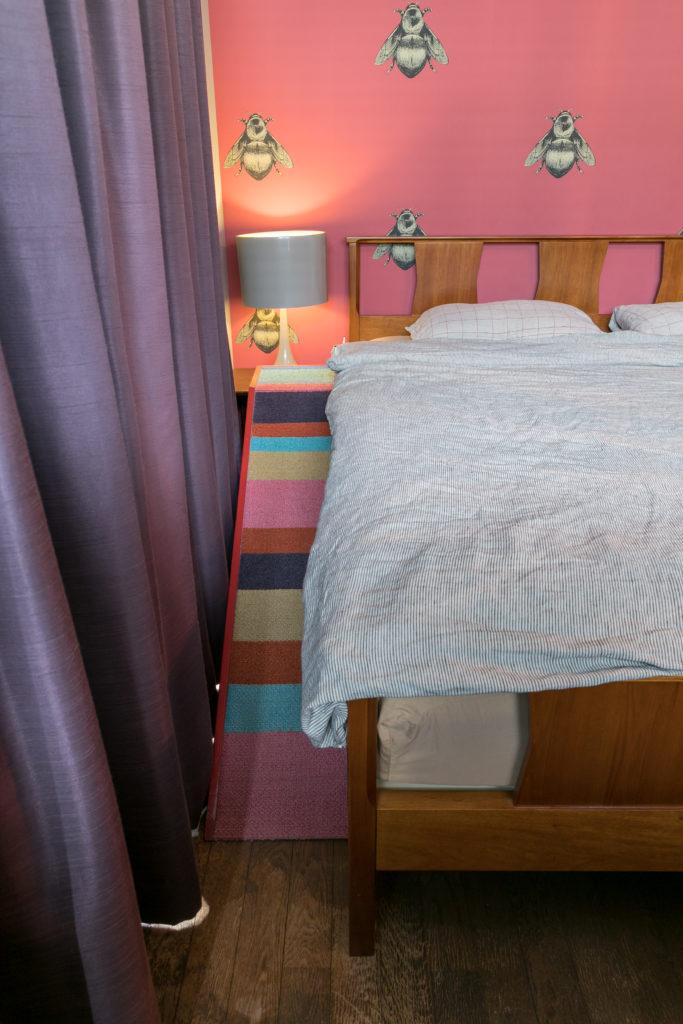 ベッドの脇には、犬たちのためのスロープが設置されていた。DIYで作ったのだとか。