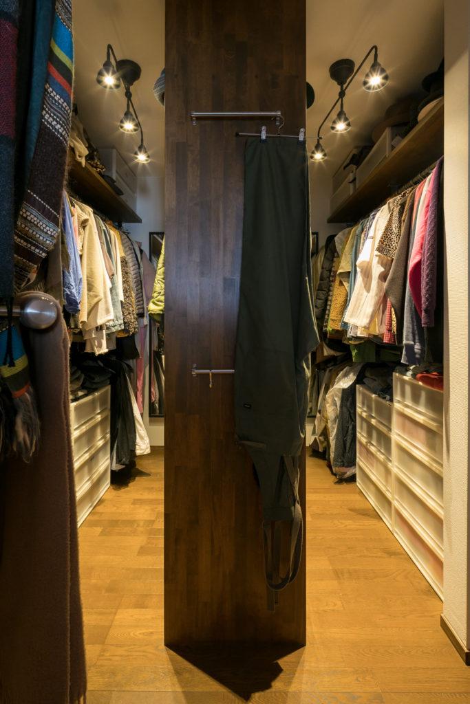寝室にウォーキングクローゼットを作った。左右でゆるく夫婦の服を分けて収納しているのだそう。