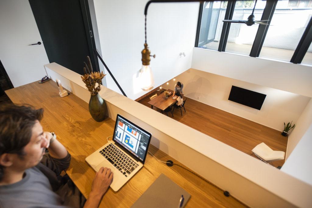 2階のワークスペースからLDKを見下ろす。1階と2階での会話も自然に生まれる。