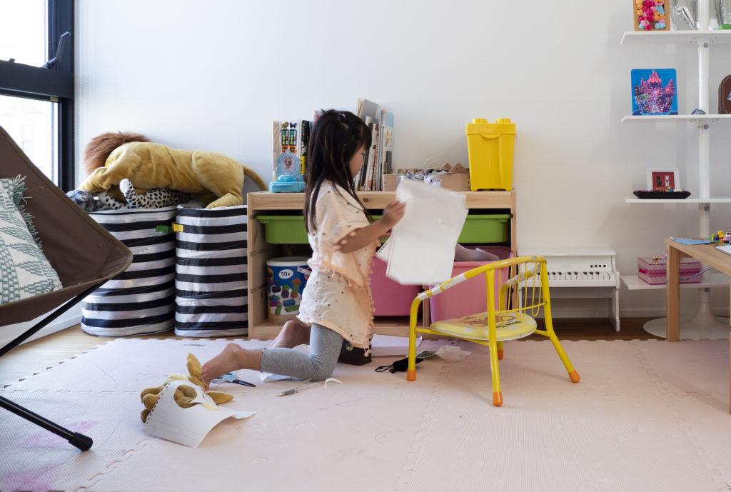 ワークスペースの奥に位置する子ども部屋。カラフルなディスプレイが可愛らしい。