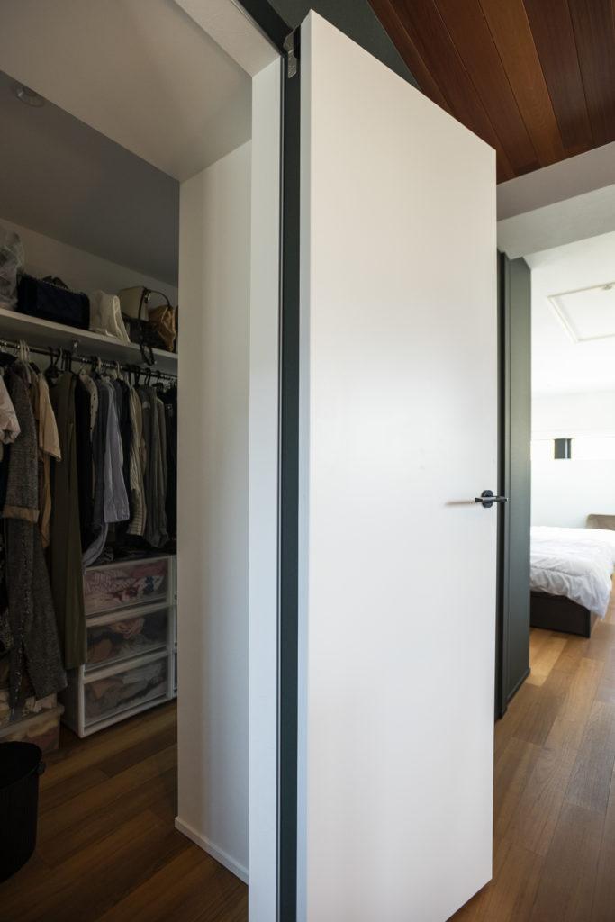 ウォーキングクローゼットには寝室からとワークスペース側の2か所から出入り可能。夜遅くなったときなど、寝室を通らず着替えができる。