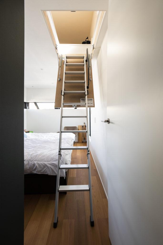 寝室の上には、勾配天井を活かした大型収納がある。寝室と同じスペースほどあり、「なんでも詰め込めて便利です」とご主人。