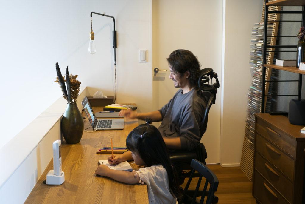 機能満載の『ハーマンミラー』のアーロンチェアに座り、仕事に集中。お絵描きをしている娘さんと並んで仕事をするのが、嬉しいひととき。