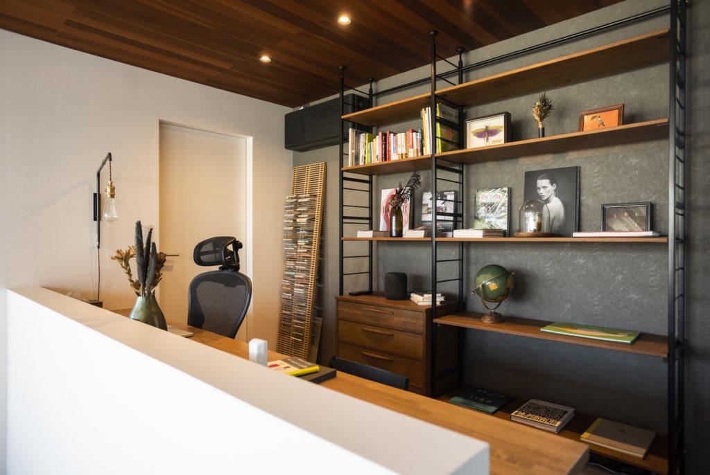 ワークスペースの天板は約2.7m。ラックにはご主人のお気に入りのものをお洒落にディスプレイ。