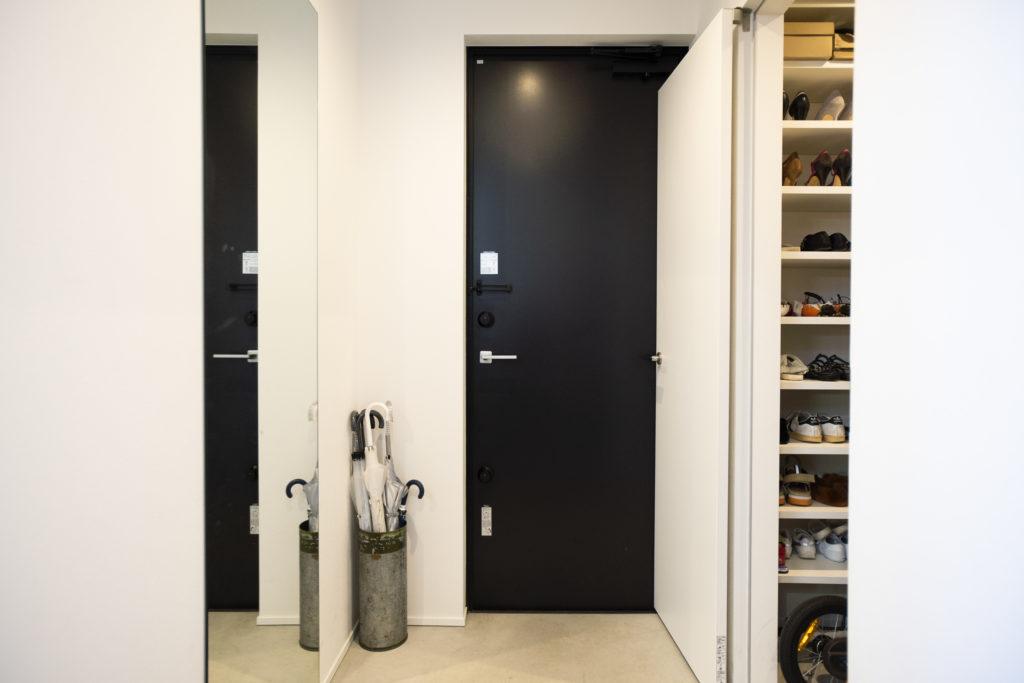 玄関脇(右奥)のシューズクローゼットの正面に鏡(左側)を設置。コートや靴を合わせたトータルコーディネートの最終チェックができる。
