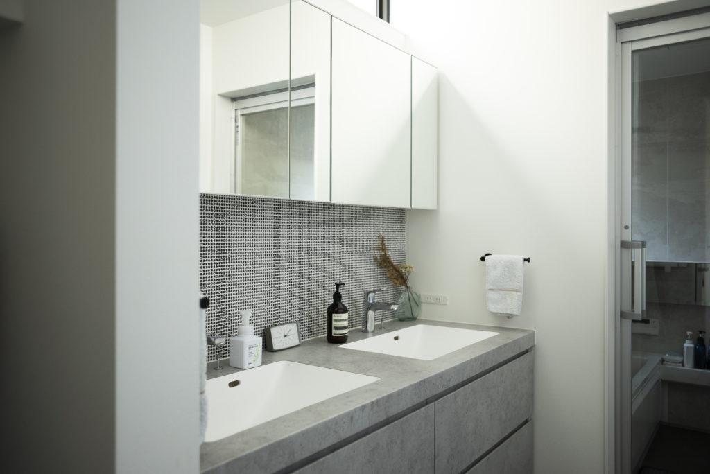 ホテルライクな洗面&バスルーム。「洗面ボウルは絶対2つ欲しかった」とご主人。朝のバタバタとした時間もスムーズに。