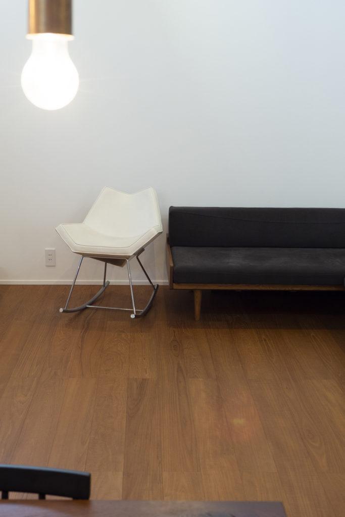 独身時代に椅子を集めていたご主人が、今も大切にしているロッキングチェア。デザイナーは、洗面のタイルと同じジャン・マリー・マッソー。「現在は、娘が気に入って使っています」。