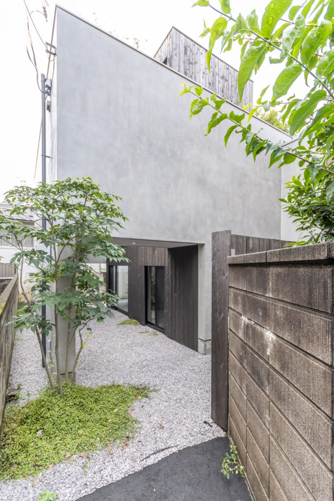 旗竿敷地にある田中邸。グレーの壁はコンクリート造ではなくモルタルが塗られている。