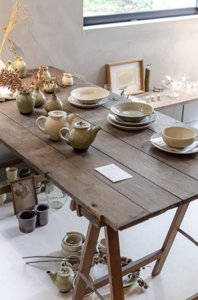 取材時には陶芸家の手になる器の作品などが展示されていた。