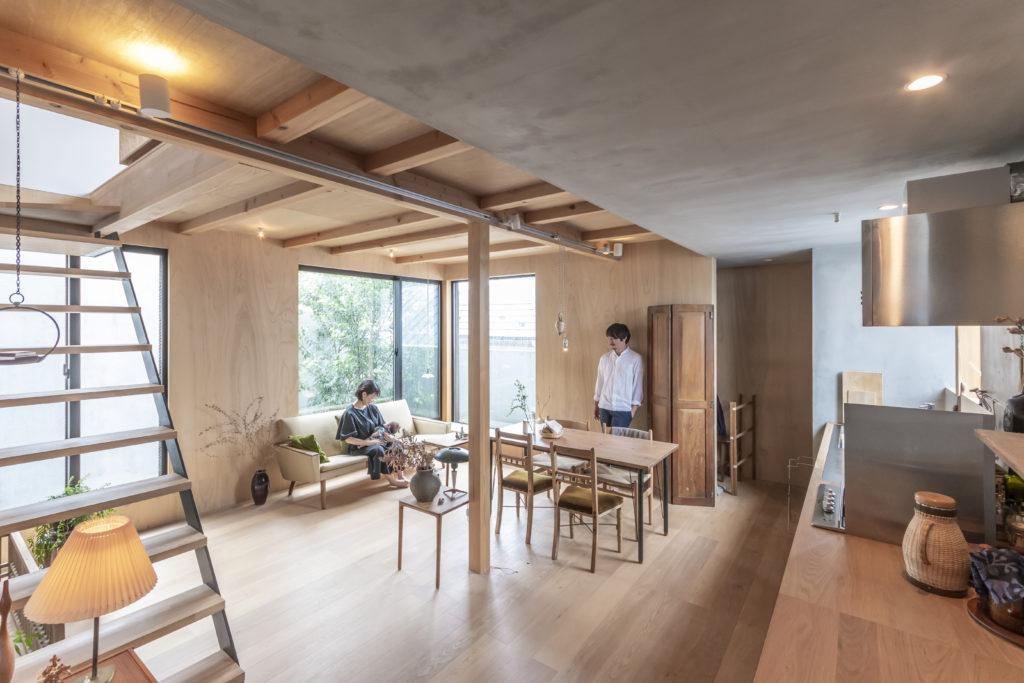 田中さんは1級建築士だが通常は企業のブランディングなどにかかわるクリエイティブディレクターをしている。奥さんはグラフィック系のデザイナーで料理家でもある。この1階では家具などの位置も決めずにつねに動かしながら使うことができるような空間設計を心がけた。