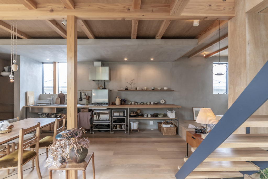 1階のキッチン周りは防火上の必要からモルタル仕上げに。それを設計の工夫によりデザインとしても見せている。