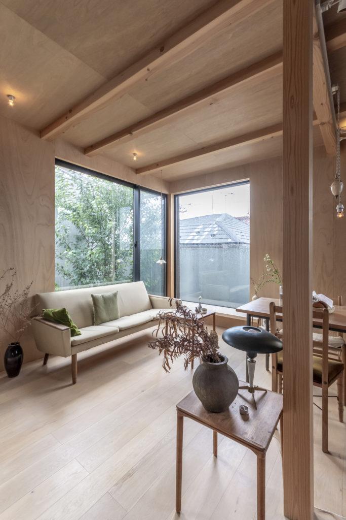 シンプルなデザインのなかに選び抜かれた家具や小物が収まる室内は和なのか洋なのかわからないニュートラルさを目指したという。