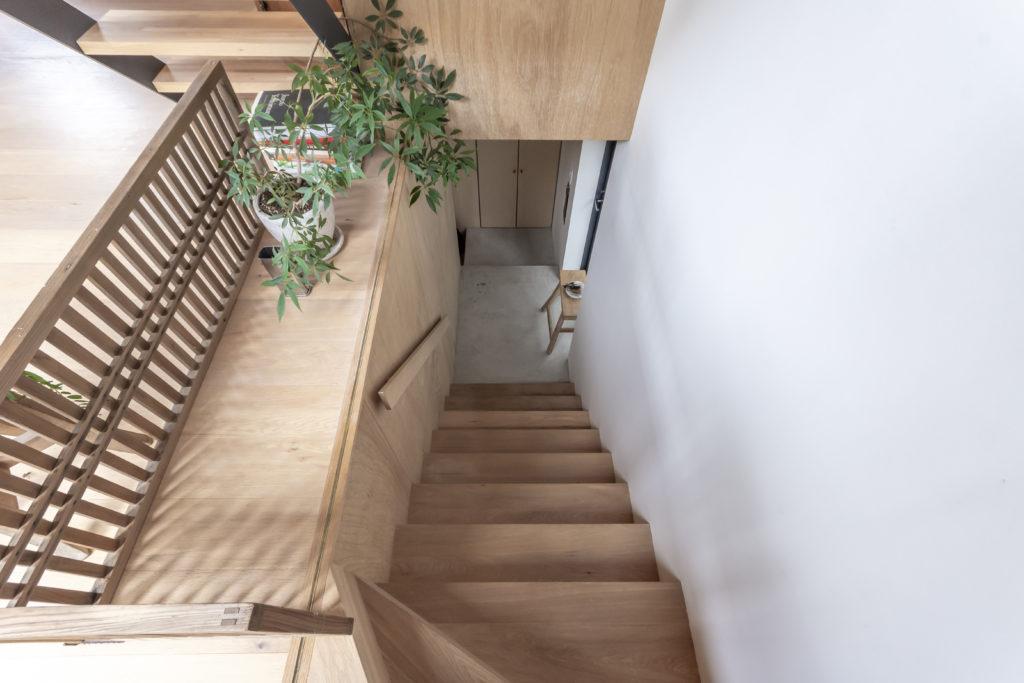 1階から玄関スペースを見下ろす。