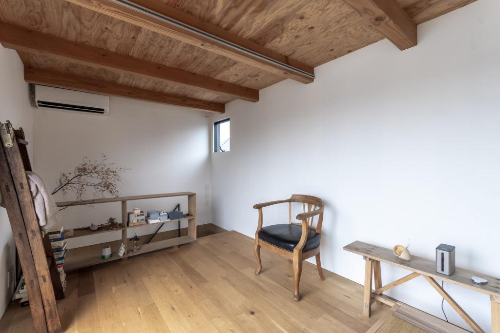 2階には形が気に入って購入したというデンマーク製のアンティークの椅子が置かれていた。