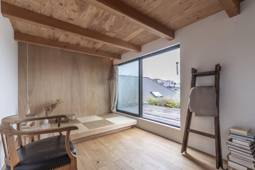2階のスペースは6畳もなく天高も190cmと抑えられているが、大きな開口からテラスを通して視線が遠くまで抜けるため広く感じ振られる。