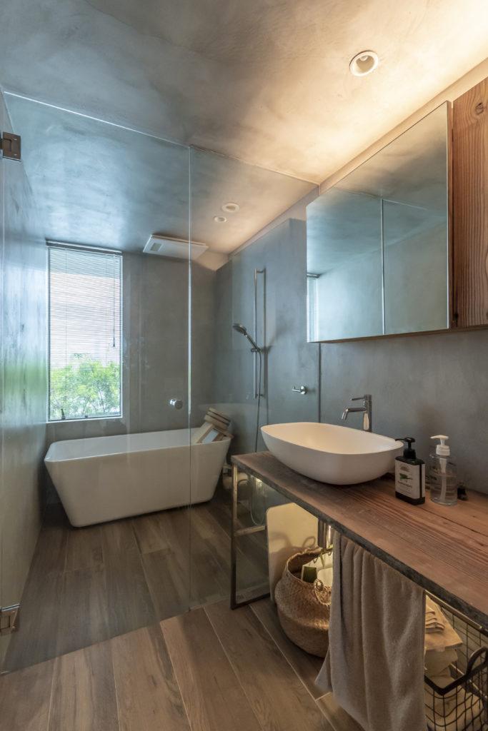 浴室はギャラリーに隣接してつくられている。手前から奥へ木の床が続いているように見えるのはタイル製の床。