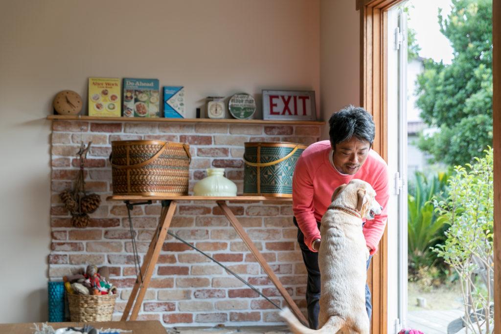 2頭の愛犬も都内から一緒に越してきた。卓之さんを遊びに誘う8歳のビッケちゃん。