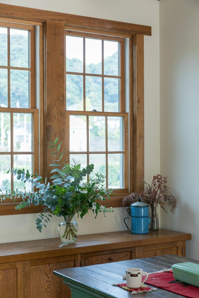 跳ね上げ式の木製窓もアンダーセン社のもの。窓が部屋の印象を大きく変える。