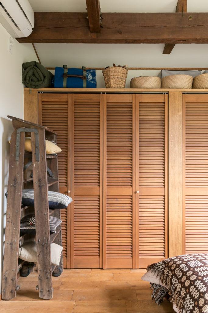 寝室のクローゼットは、通気性の高い木製扉。