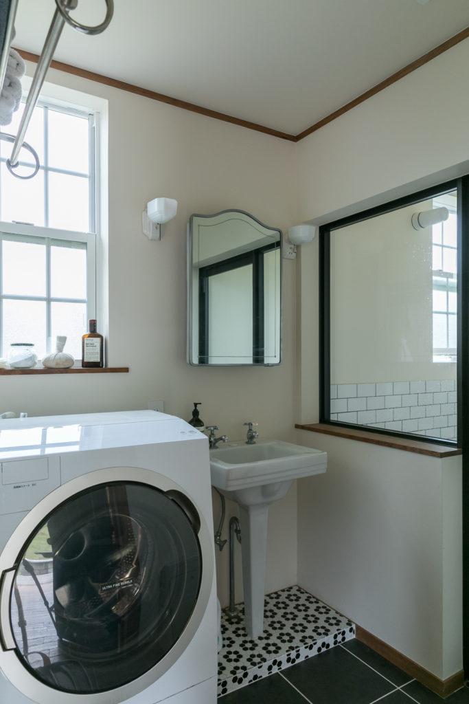 洗面所はアンティークの黒✕白のタイルを貼り、NYスタイルに。洗面台はアメリカンスタンダード社のもの。鏡はヴィンテージ。