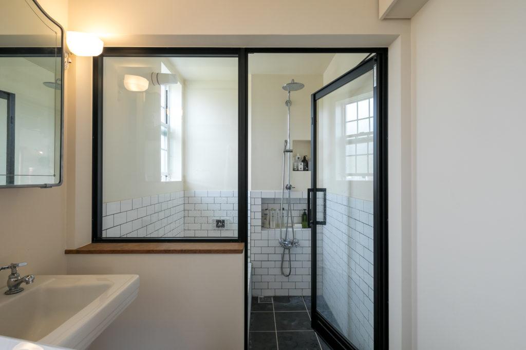 グローエ社のシャワーヘッドに、クラシックなデザインの蛇口を組み合わせた。