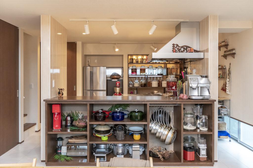 2階リビングの中央にキッチンを設けた。リビング側には料理教室で使用するキッチンツールが並び、見ているだけでも楽しい。