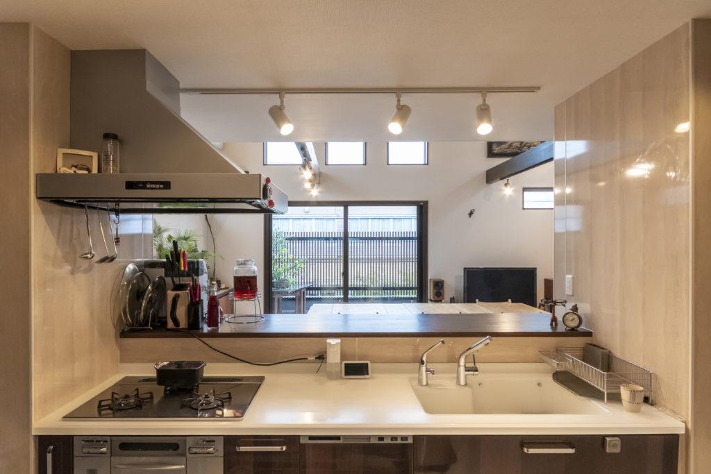 キッチンに立つと、ベランダまで見通せて気持ちがいい。真っ白いキッチンカウンターは人工大理石。