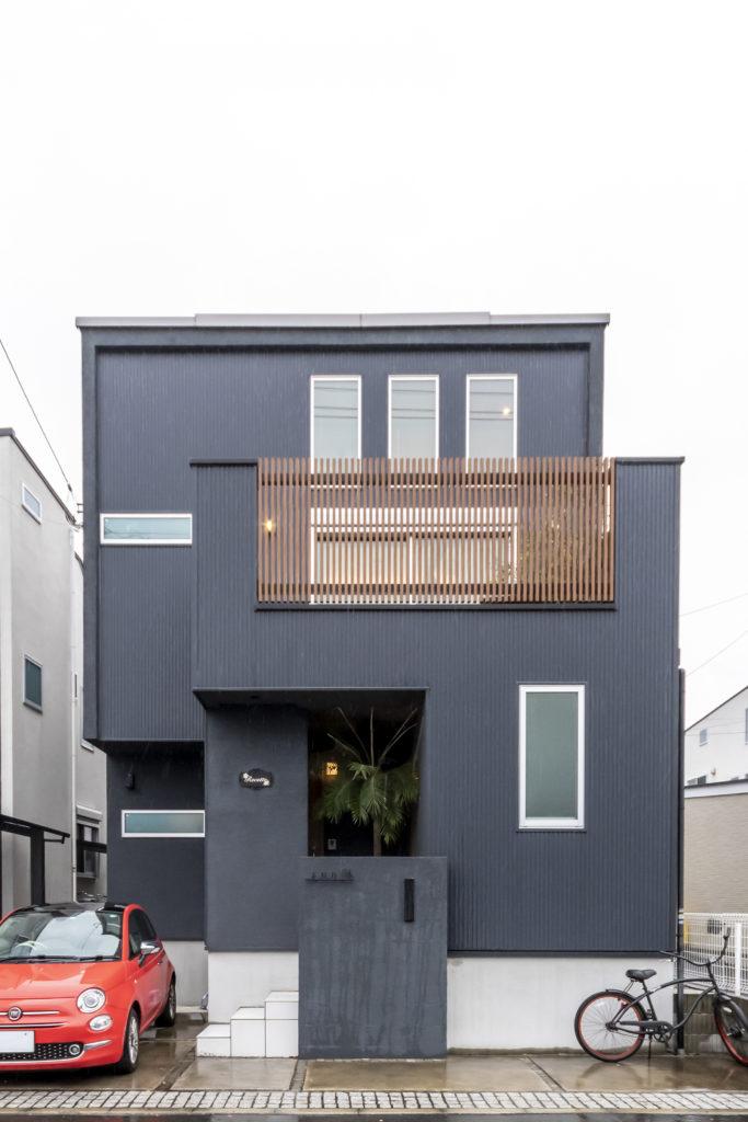 手入れがラクな黒い壁面を採用。料理教室の場所を伝えるのにも、「黒い家」は目印になるとのこと。