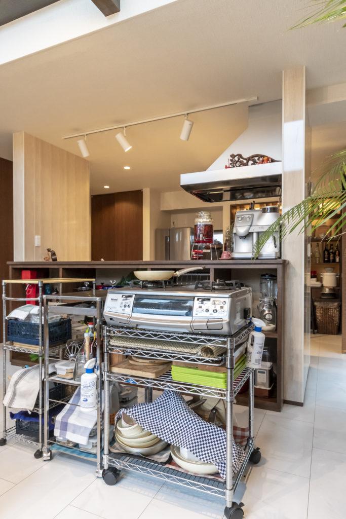 普段はキッチン内に置いてあるガスコンロと作業台を、料理教室のときのみリビングへ。あらかじめリビングの床にガス栓を取り付けた。