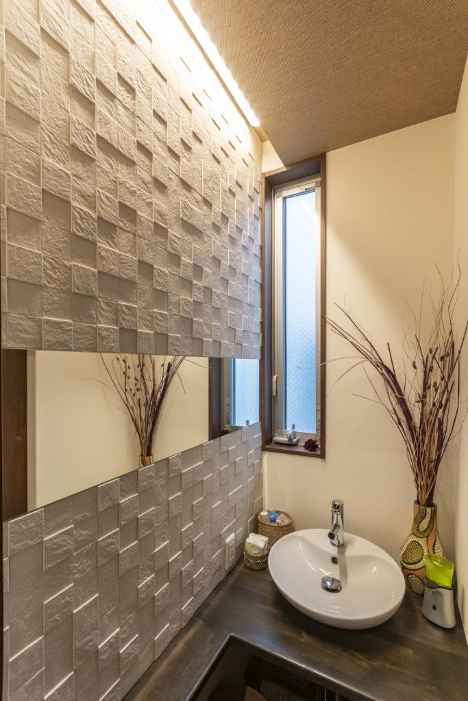 2階のトイレ。臭いを吸収する特殊な壁紙を採用。