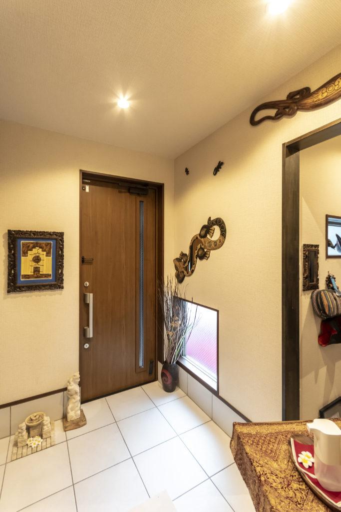 """壁に張られたゲッコーはバリでは『守り神』。""""無事帰る""""の願いを込めて、カエルの石像を玄関に。"""