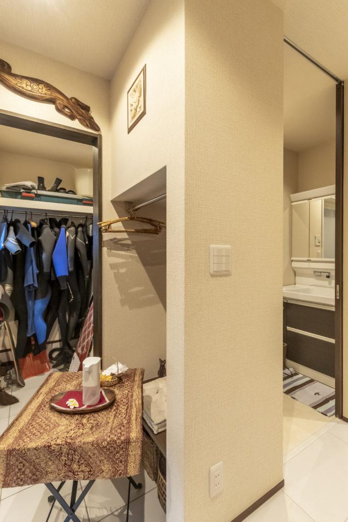 裕司さんのウェットスーツは玄関脇に収納。サーフィンから帰宅し、風呂場に直行できるよう隣にバスルームを設けた。「玄関から3歩以内で入れるようにしてもらいました(笑)」。