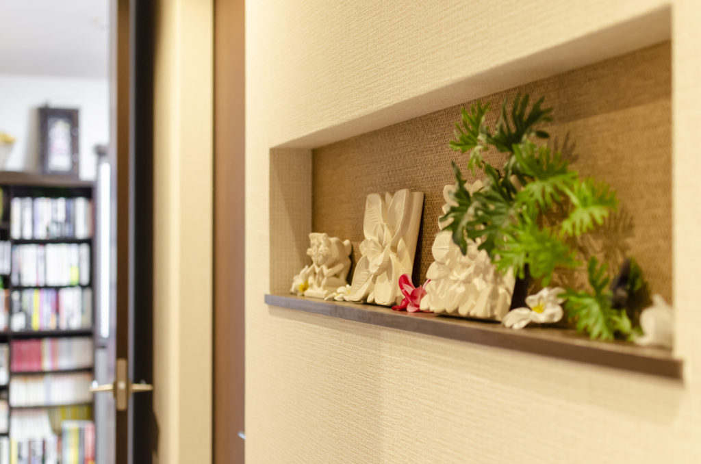 1階の廊下には、飾り棚を設け、バリの雑貨をディスプレイ。ゲストの目を楽しませてくれる。
