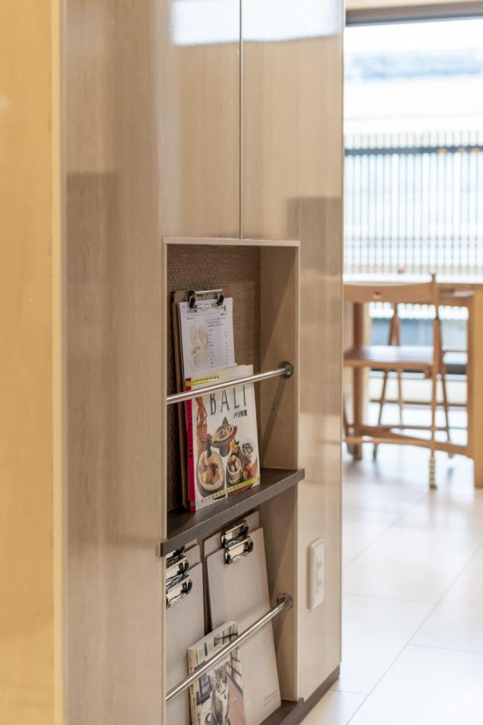 キッチンの脇には、生徒さん各自のレシピ等を置くスペースを確保。教室名の「Recette(ルセット)」はフランス語でレシピという意味だそう。レッスンは1回完結のため通いやすいのも魅力。