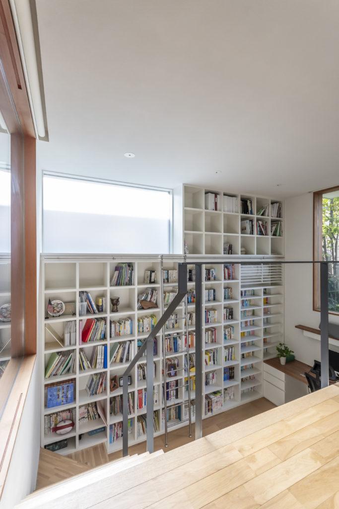 半地下につくられた図書室を1階レベルから見る。