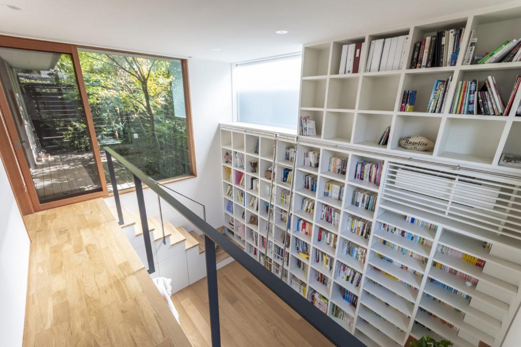 デッキスペース側から図書室と奥の庭を見る。半地下につくられた図書室の天井高は約3.8mある。