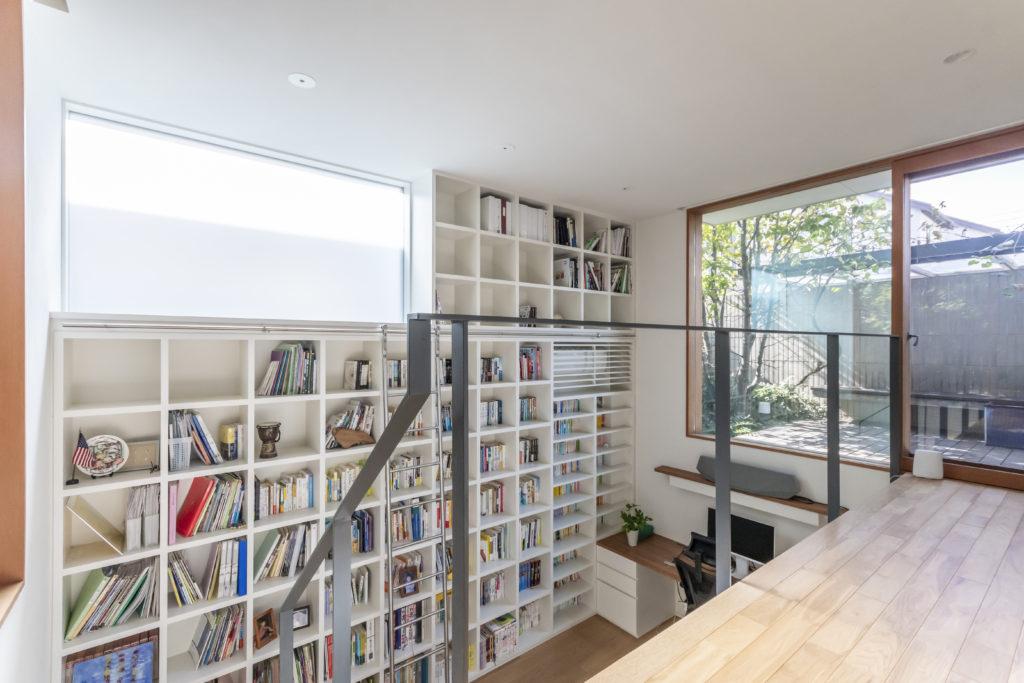 本棚の上にも開口が設けられて明るい室内。対面して設けられたデッキスペース側と庭側の2つの開口の間を空気が流れ湿気の心配もない。