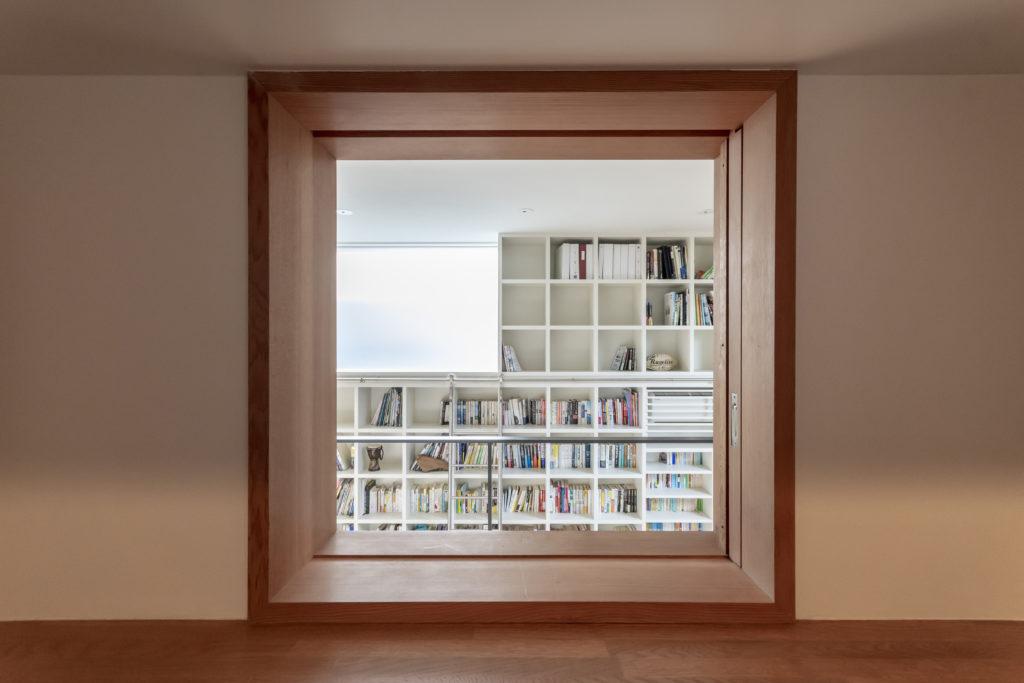 玄関から小窓を通して図書室を見ることができる。