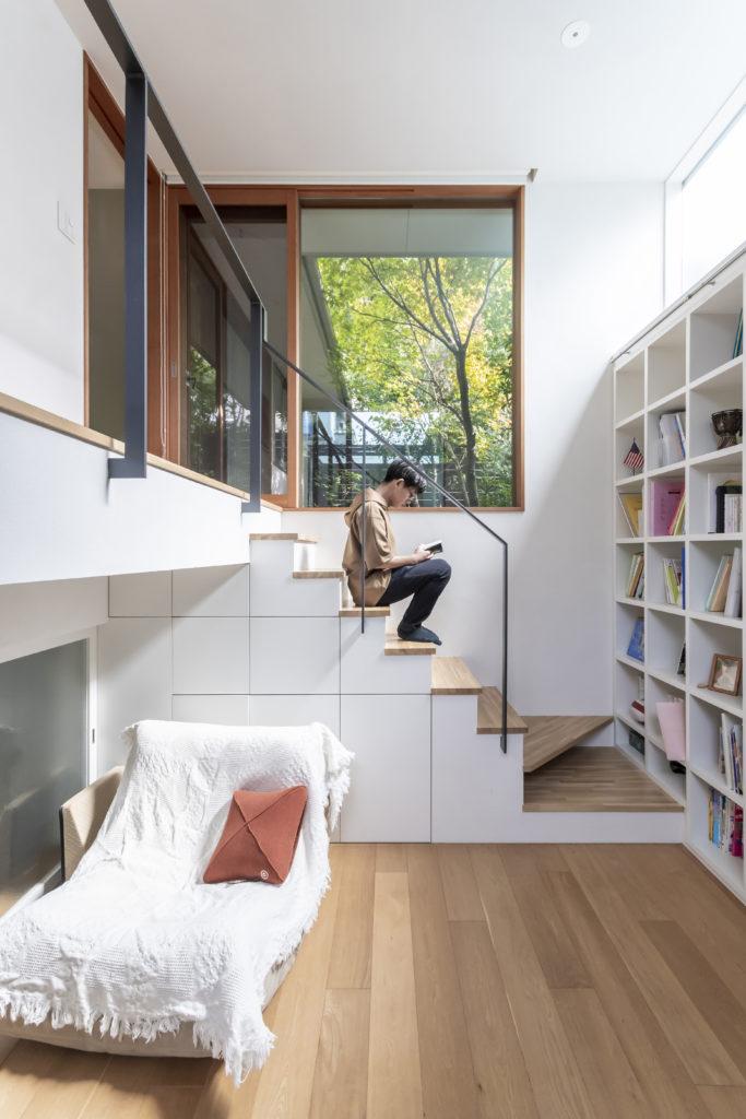 高2の息子さんはこの図書室について「作業が落ち着いてできてけっこう快適です。明るいのもいいですね」と話す。ソファの左に見えるのが寝室開口部。